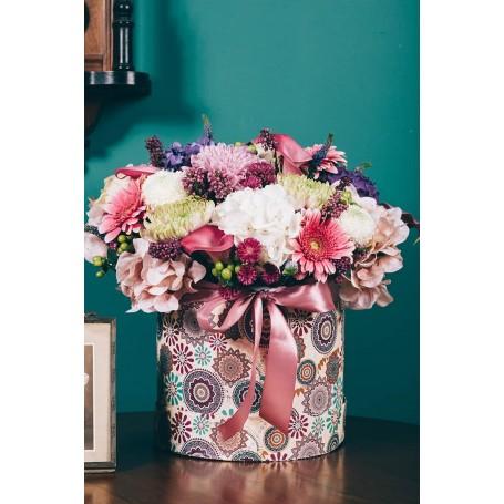 caixa redonda com flores bonitas variadas