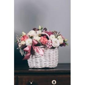 Cesta de vime adornada com Rosas e flores diversas - SAVOY