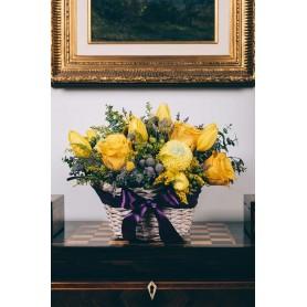 Cesta de vime com rosas e tulipas amarelas - SOLEI