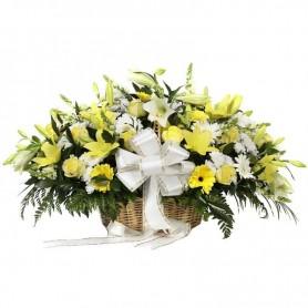 Arranjo de flores em cesta de vime para funeral - SAUDADE